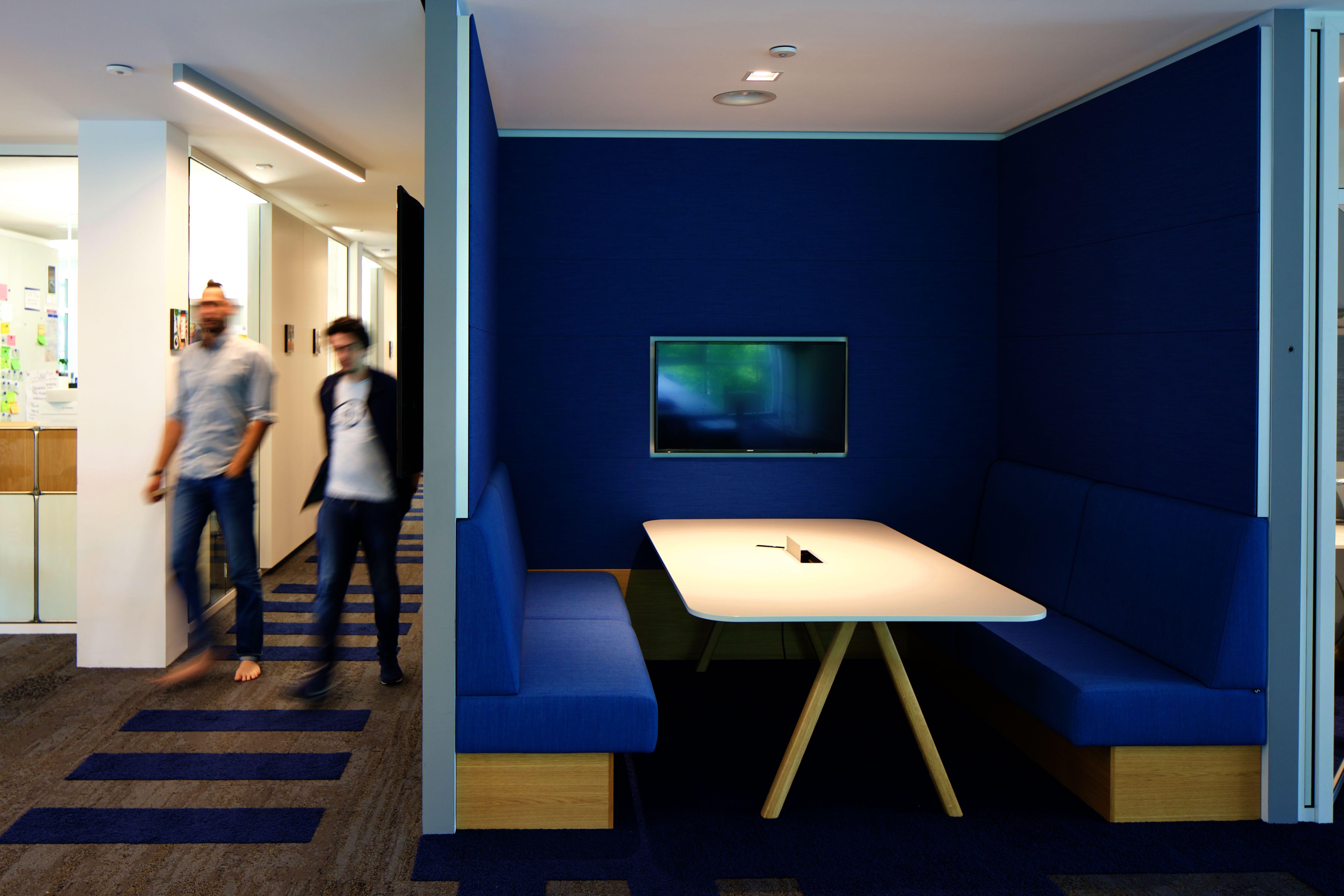 links Flur, rechts mit Stoff blau ausgekleidete Nische mit Tisch und Sitzbänken